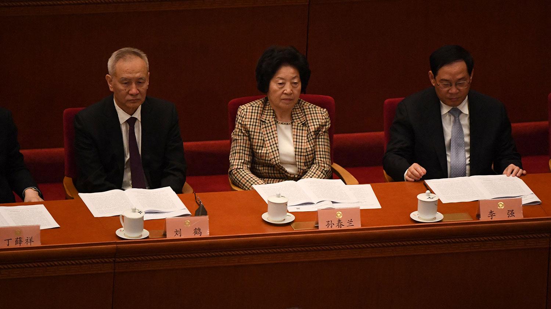 2021年3月4日,中国国务院副总理刘鹤(左),国务院副总理孙春兰(中)在政协会开幕式上。 (法新社)