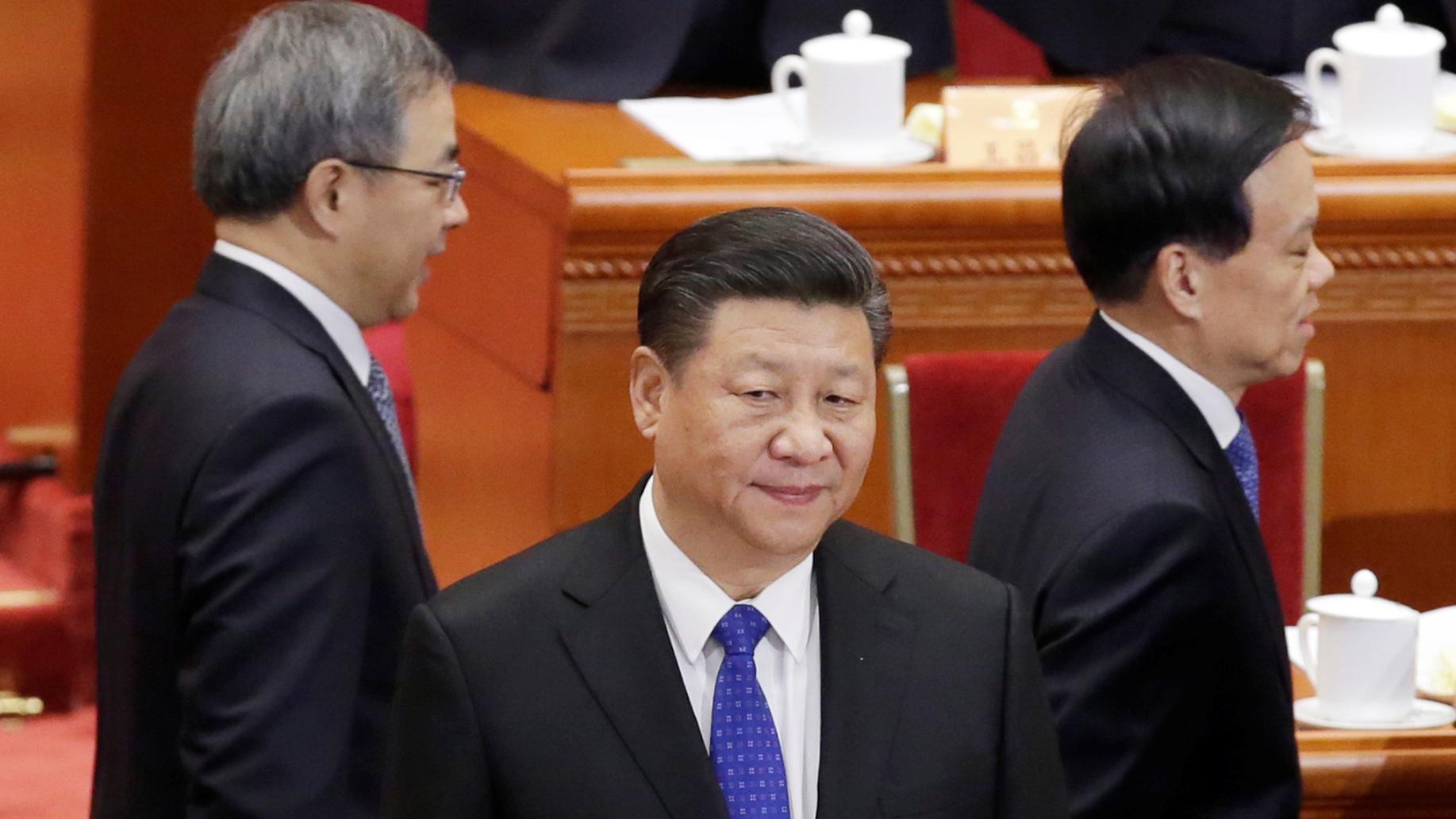 中国国家主席习近平(中)和国务院副总理胡春华(左)和重庆市委书记陈敏尔(右)。2019年3月15日习近平在胡春华和陈敏尔的陪同下访问重庆。(路透社)
