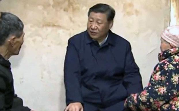 2019年4月15日,习近平在重庆刚下飞机就立即转乘火车和汽车,直接到了石柱土家族自治县中益乡小学、华溪村进行调研考察。图为习近平与农户聊家常。(视频截图/中国央视)