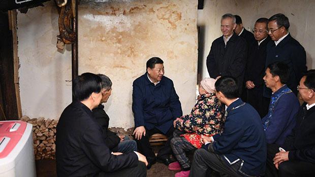 2019年4月15日,习近平到重庆市的贫困村探访,实地了解当地脱贫的工作进展。(中国政府网图片)