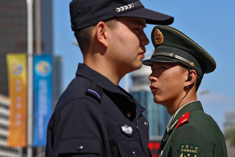 """资料图片:第二届""""一带一路""""高峰论坛期间,北京启动了超高级别的安保措施,会场周边道路封闭、地铁站不开放,街头武警、执勤公安人员随处可见。 (美联社)"""