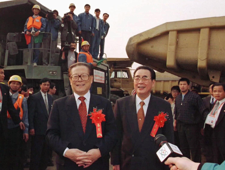 1997年11月8日,中国国务院总理李鹏和中国国家主席江泽民祝贺工人们在三峡工程大江截流成功。(美联社)