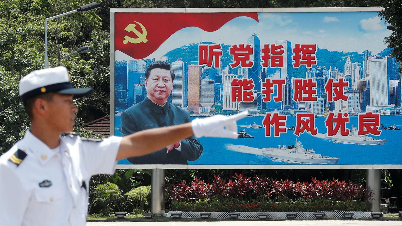 圖爲宣傳習近平幕布在香港昂船洲海軍基地。(路透社)