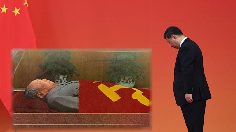 2019年9月30日,习近平等党和国家领导人来到毛主席纪念堂,向毛泽东同志坐像三鞠躬,并瞻仰了毛泽东同志的遗容。(组合资料图/法新社)