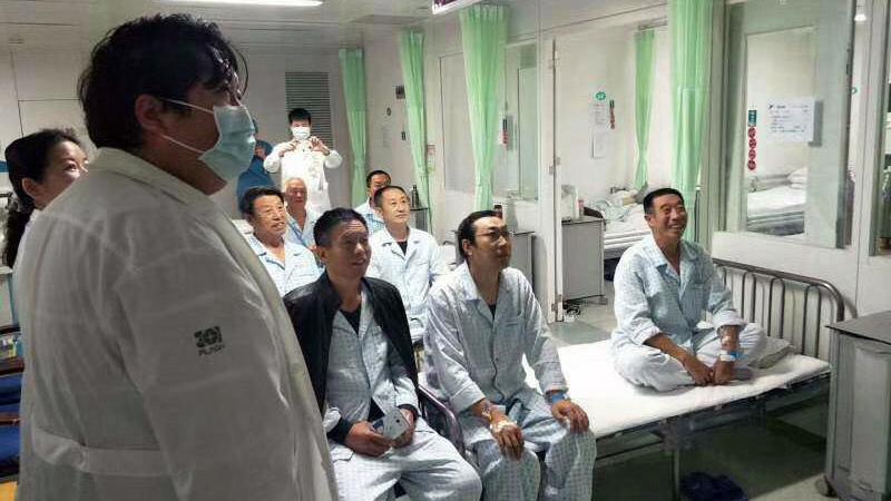 一家医院住院部的患者在看习近平讲话。(媒体人提供)