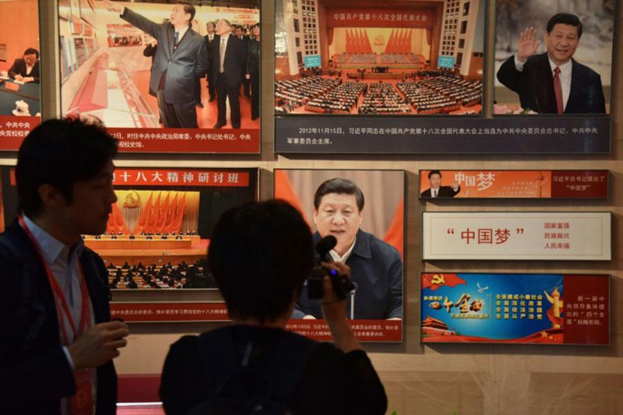 该《意见》写道,要以习近平新时代中国特色社会主义思想为指导,全面贯彻党的教育方针,坚持马克思主义指导地位,坚持社会主义办学方向。(资料图/法新社)