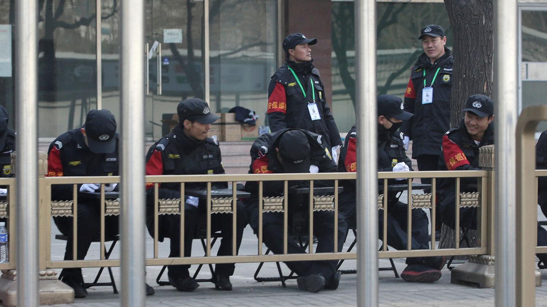 图为,靖西饭店附近的汽车站旁,保安人员待命。(路透社)