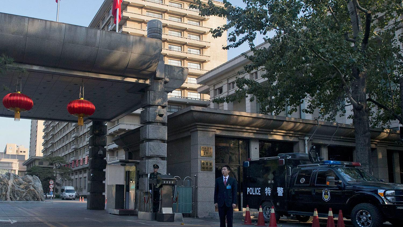 图为,中国安保人员在京西宾馆入口处守卫。(美联社资料图片)