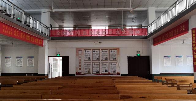 三自教堂内贴满了政治宣传标语和海报。(图源:寒冬网页)
