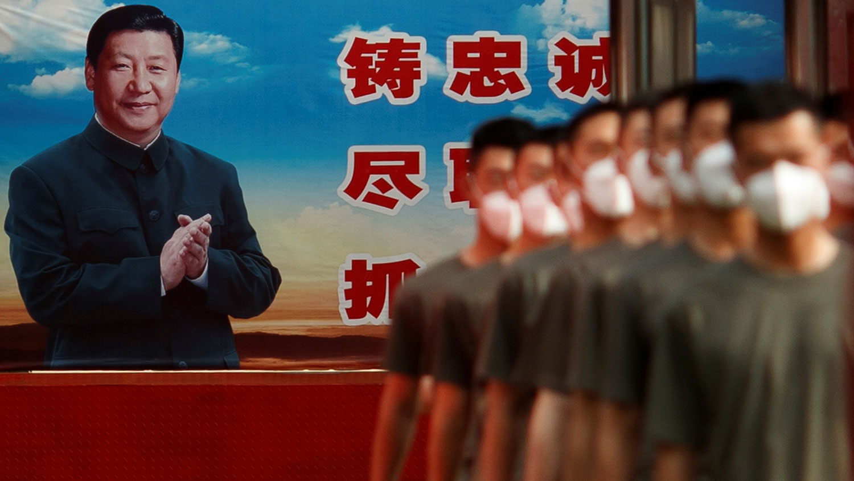 2020年5月22日,武警部队在全国人大(NPC)开幕之日,在习近平宣传海报附近的紫禁城大门前。(路透社)