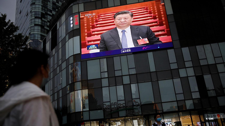 2020年5月28日,北京大型购物中心立面上的大屏幕显示了习近平在举行全国人民代表大会闭幕式上的新闻镜头。(路透社)