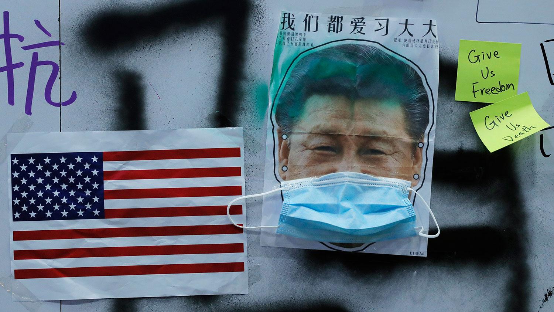中共内部对如何处理美中经贸摩擦、香港示威以及国内经济下行等问题,出现严重分歧,进而出现权力斗争。图为香港抗议者制作的美国国旗和习近平戴着面具的图片。(资料图/美联社)