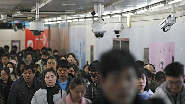 中国北京的一个地铁站内安装了大量监控摄像头(美联社)