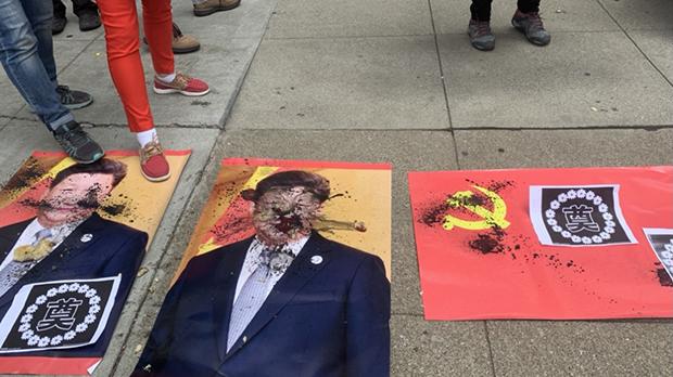 2021年7月1日中午,旧金山中领馆外的地面上被喷墨和践踏的习近平照片及中共党旗。(孙诚拍摄,独家首发)