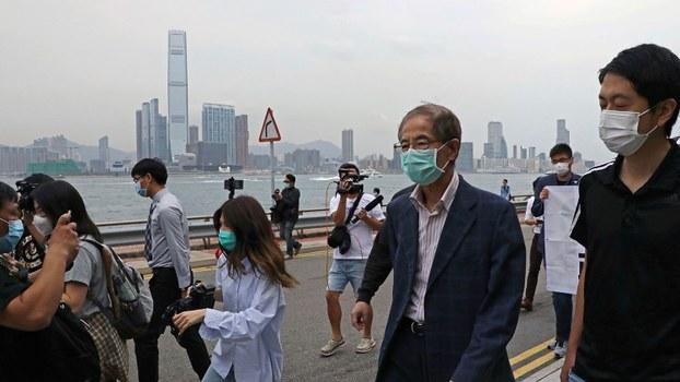 2020年4月18日,现年81岁的民主党创党主席李柱铭离开香港警察局。(美联社)
