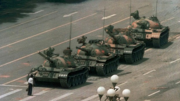 资料图片:中国青年王维林在北京天安门广场只身阻挡坦克。(美联社)