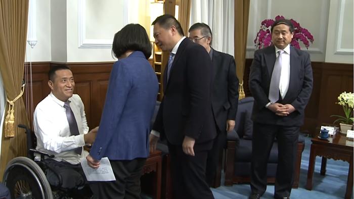 2019年5月23日,八九民运领袖王军涛(右一)等人访问台湾的总统府。(视频截图/总统府)