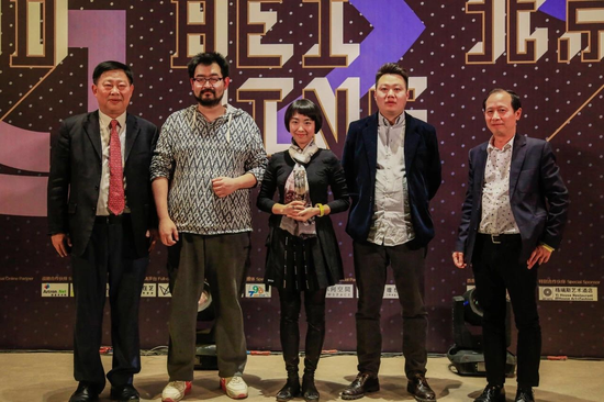 张玥(左二)获奖后出席颁奖仪式(Public Domain)
