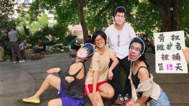 """2019年4月在中国广州出现的""""假装自由""""活动,这一声援活动由维权人士危志立的妻子、中国知名女权活动人士郑楚然发起。她本人与三名戴着危志立等维权人士面具的网友在广州街头拍照,假装能够自由地生活。(维权网)"""
