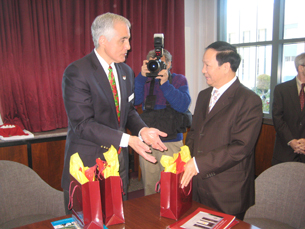 图片:中国驻洛总领事邱绍芳(右)致赠简体版中文教材(RFA记者萧融摄)