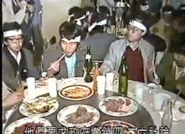 """1989年5月13日,北大绝食学生在校园餐馆享用青年教师宴请的""""最后午餐""""。(六四档案图)"""