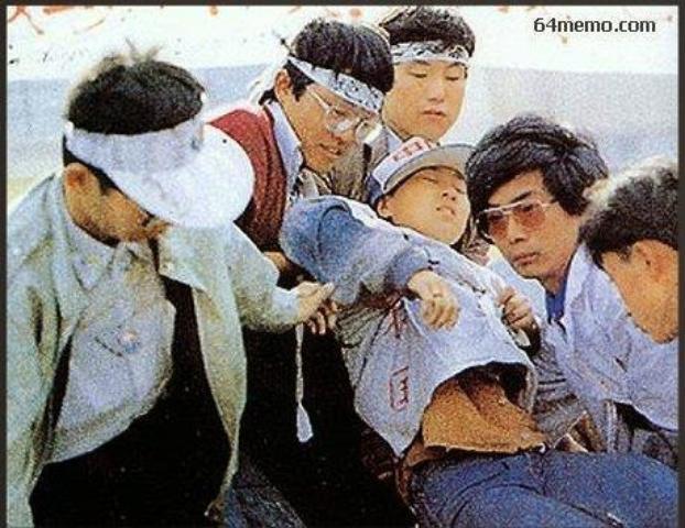 1989年5月16日,绝食中的柴玲不支晕倒。(六四档案图)