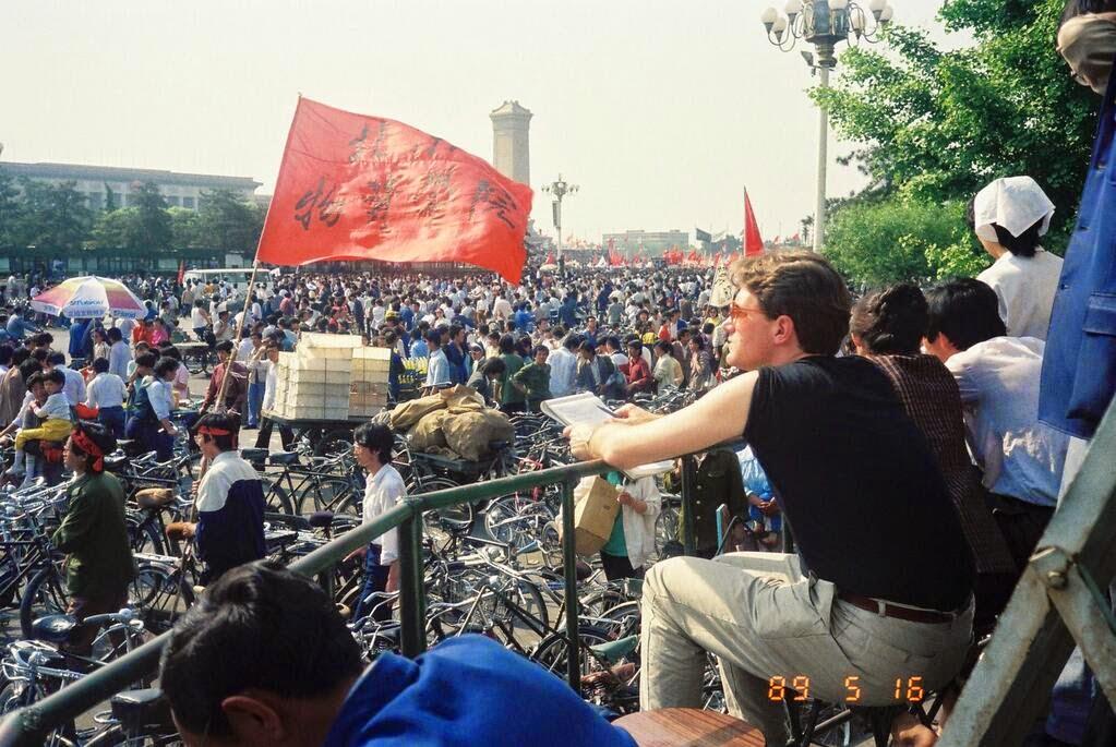 1989年5月16日,广场上的绝食学生和支持者。(坐着持笔记本的是金培力。)