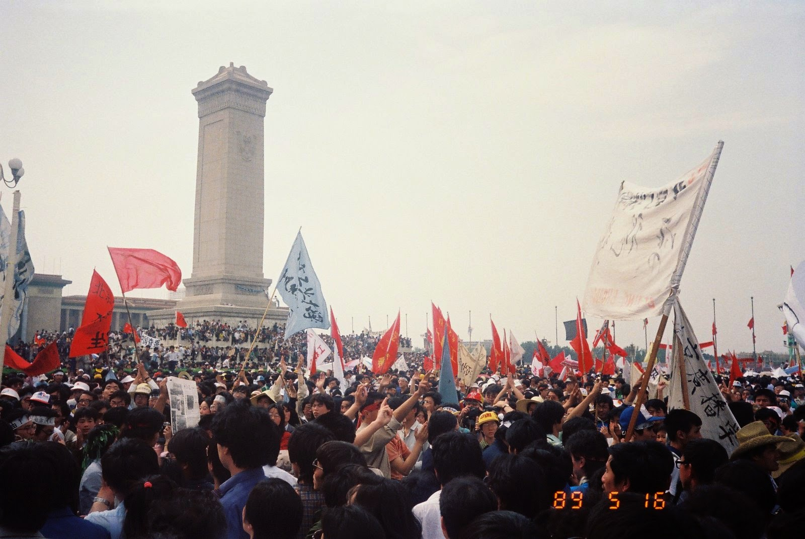 1989年5月16日,广场上的绝食学生和支持者。(金培力拍摄)
