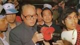 1989年5月19日臨晨,趙紫陽現身廣場,在公共汽車裏向絕食學生講話。他右邊是溫家寶。(六四檔案圖)