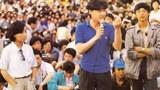 1989年5月27日,吾爾開希(中)在天安門廣場學生大會上講話。旁邊是柴玲(左)和王丹(右)。(六四檔案圖)