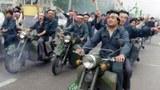 以個體戶爲主的北京民衆組成摩托車隊聲援絕食學生。北京戒嚴後,摩托車隊稱爲飛虎隊,四處傳播軍隊進城消息,呼籲民衆前往攔阻。其成員很多在六四後被判重刑。(AFP)