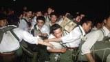 1989年6月2日,穿軍便服的軍人在北京街頭遭到學生和市民圍堵。(圖源:Qoos.com)