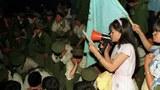 1989年6月3日臨晨,北京市民和學生圍堵徒步的軍人。(六四檔案圖)
