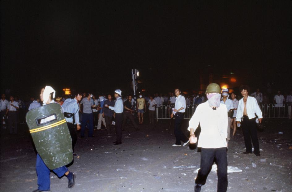1989年6月3日午夜,市民在天安门广场附近设置路障。(六四档案图)