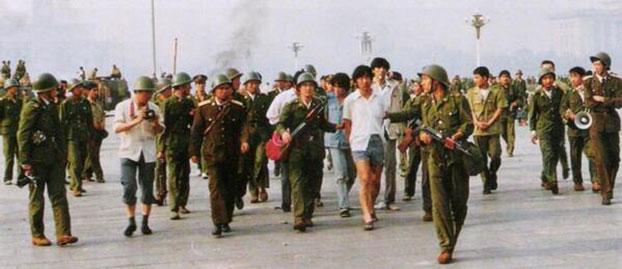 """1989年6月4日,戒严部队在北京街头搜捕""""暴徒""""(六四档案图)"""