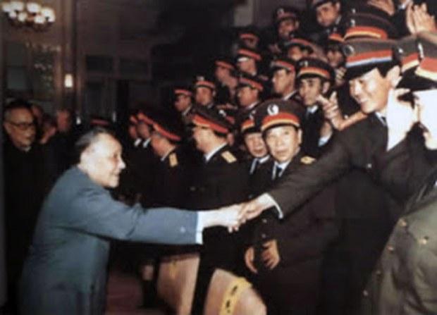 1989年6月9日,鄧小平接見戒嚴部隊軍官。(六四檔案圖)