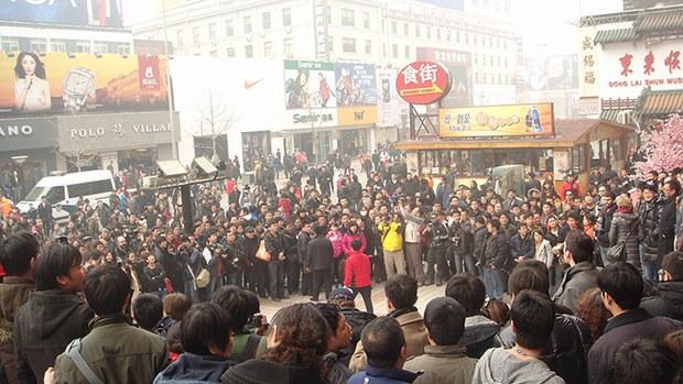 """2011年在中国出现了""""茉莉花革命""""的呼声,但这种呼声最终却导致政府机器提前出动,将这场革命消灭在""""萌芽状态""""。"""