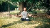 奥利近日在纽约上州的一片草坪中静坐修炼。(奥利本人提供)