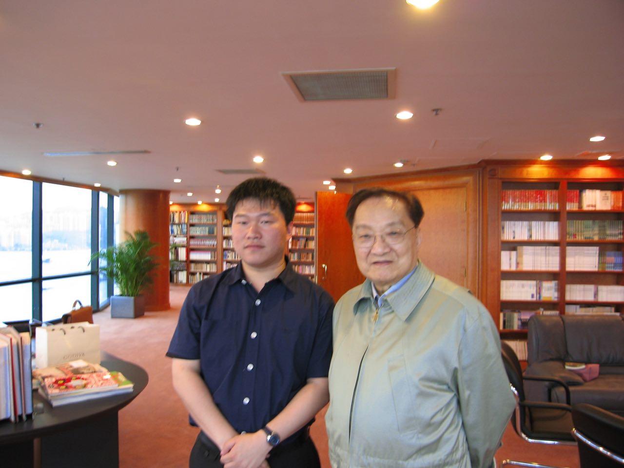 """郭竞雄为创作""""天龙八部"""",在香港与金庸见面。"""