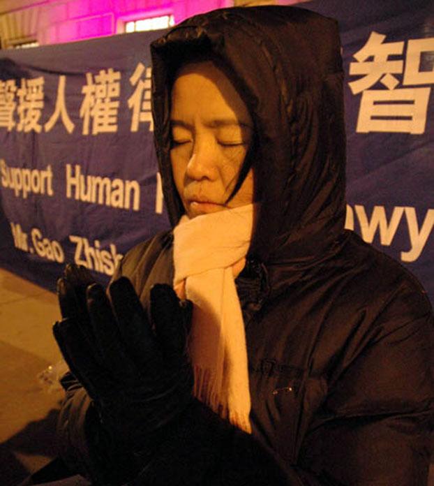 英国法轮功学员高郁冬在中国大使馆前静坐抗议。