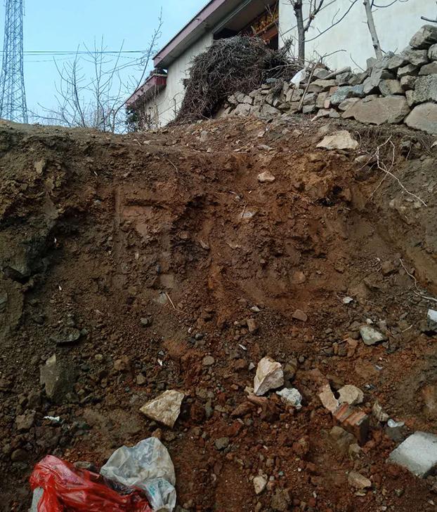 村民家門前被挖出的大坑阻礙出行(村民提供)