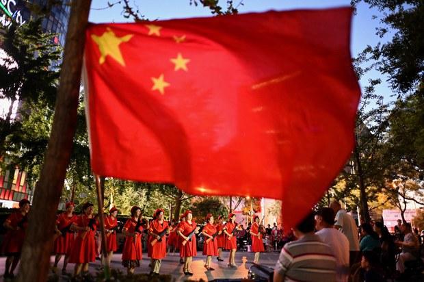 街道办人员在北京街头为七一中共党庆进行排练(法新社图片)