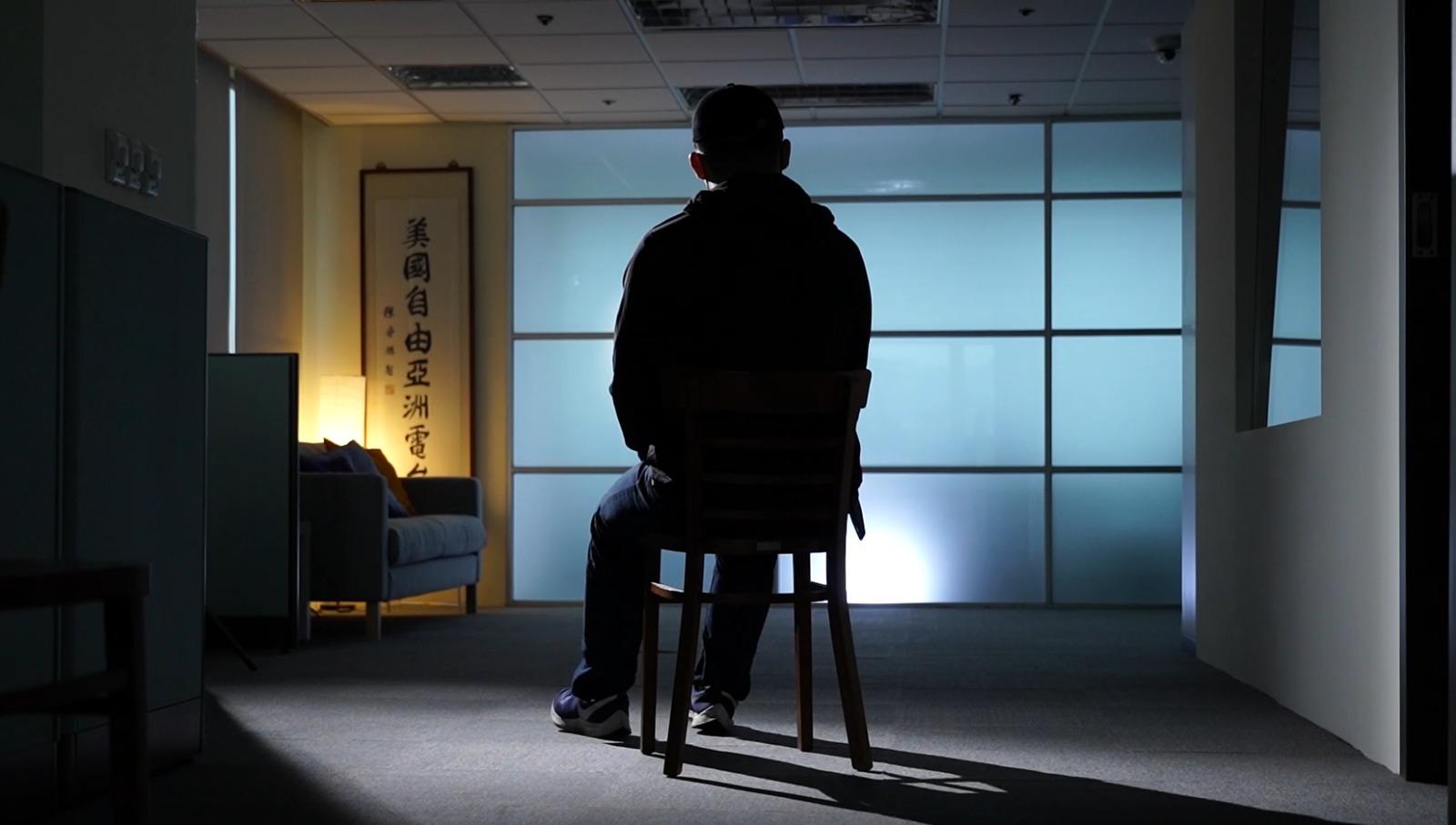 """本来在香港就读大学二年级的Mike,从去年6月9日反送中运动爆发起,就一直走在勇武抗争的最前线。去年7月1日佔领立法会后,他被逼流亡台湾。带着""""逃兵""""的内疚和自责,他患上了创伤后遗症(PTSD),要吃药控制情绪。(李宗翰摄)"""