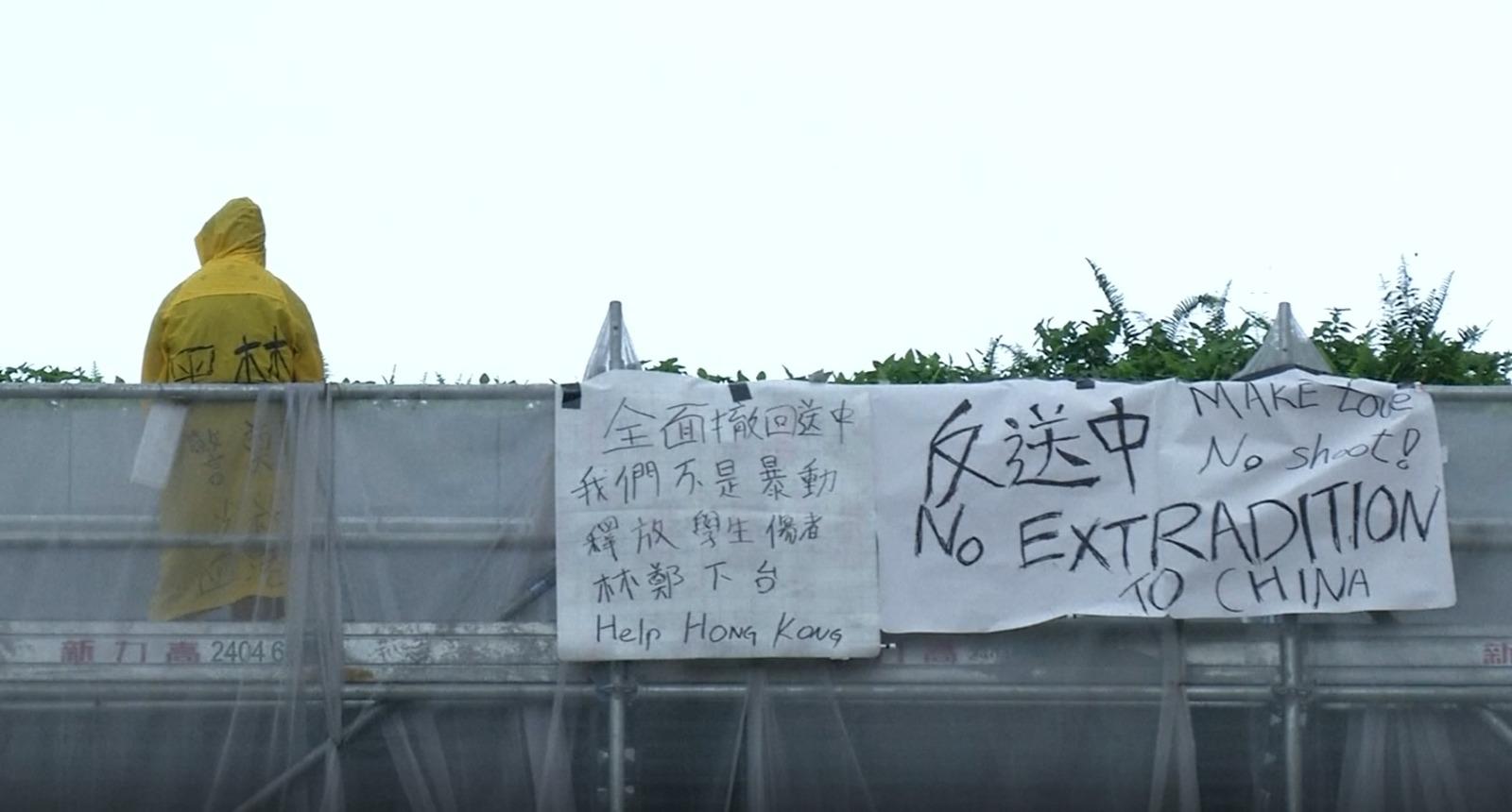 去年6月15日,35岁青年梁凌杰在香港商业区挂起反送中横幅后,从高处堕下身亡,成为第一位在运动中死亡的香港人。而在他之后,接连有年轻人因为社会运动而轻生。根据香港保安局的资料,去年6月到12月,香港平均每个月有61人自杀。(路透社图片)
