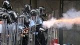 中国媒体在报导香港反送中示威时,全面放大示威者行为,却对警方执法过当的问题只字不提。图为2019年6月12日,反《逃犯条例》的示威活动中,警察向示威者发射催泪弹。(路透社)