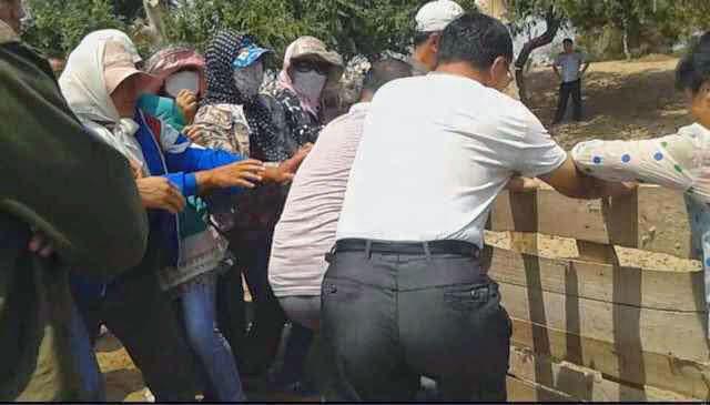 图为,2014年6月25日,当局出动防暴警察推倒牧民的蒙古包,殴打牧民,抢走牛、羊等牲畜,迫使牧民搬离牧场。(蒙古新闻网)