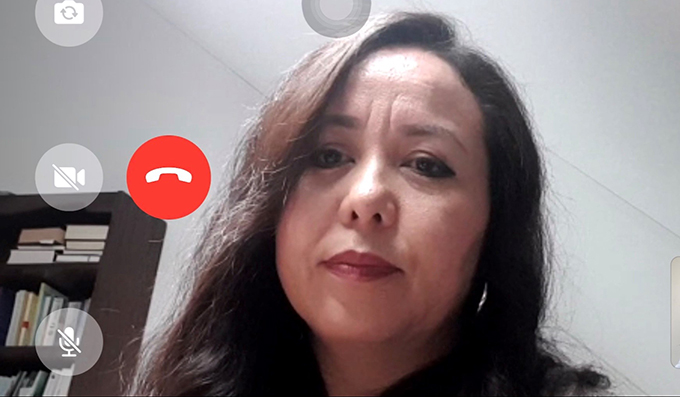 阿卜杜拉赫布曾是新疆维吾尔自治区政府机关的工作人员,她接受自由亚洲电台访问时说,如果新疆的脱贫工作真如中国官方所宣称的成功,为何不让维吾尔人和海外亲友联系、自由表达想法?(视频访问截图)