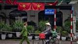 在首都河内大街上悬挂的越南国旗(美联社)