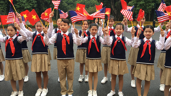 手举越美两国国旗的越南少先队员(美联社)