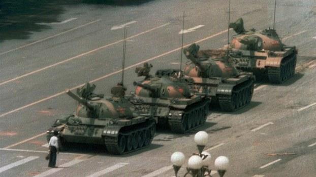 """图为89年""""六四""""事件期间,王维林只身阻挡解放军坦克的画面。(美联社)"""